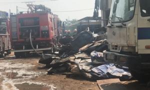TP.HCM: Bãi phế liệu cả trăm mét vuông cháy dữ dội, hàng chục cảnh sát gồng mình dập lửa