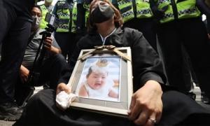 Vụ bé gái 16 tháng tuổi bị bạo hành đến chết: Mẹ nuôi khóc dữ dội nhận án chung thân, gã bố nuôi gây phẫn nộ hơn với lời nài nỉ cuối
