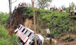 Xe buýt lao xuống hẻm núi, 18 người thiệt mạng