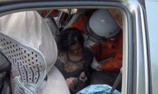 Bà lão gồng mình ôm chặt cháu nội trong giờ phút sinh tử trên chiếc xe gặp nạn