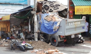Xe ben tông sập nhà ở Sài Gòn, 2 người tử vong