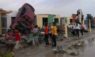 Mexico Vòi rồng cuốn ô tô lên nóc nhà, 13 người chết