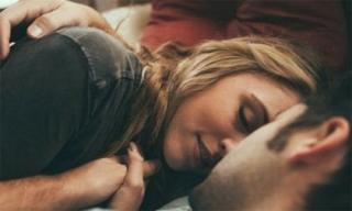 Rơi nước mắt biết lý do chồng đòi nằm phía ngoài giường...