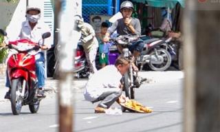 Clip: Người đàn ông dàn cảnh đổ bánh chuối ra đường nhiều lần để 'ăn vạ' lòng thương