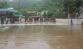 Quảng Ninh: Rò rỉ bồn chứa, hàng ngàn lít xăng chảy loang lổ cùng nước lũ