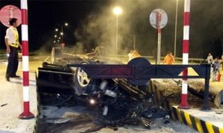 Xe Mercedes biến dạng sau cú tông kinh hoàng vào trạm thu phí