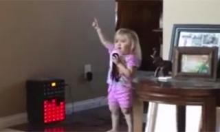 Cô bé xinh xắn nhún nhảy hát mừng Noel