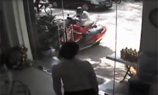 Trộm 'nhảy' xe máy trước mặt nữ nhân viên cửa hàng