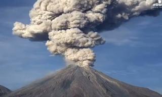 Núi lửa thức giấc phun cột tro bụi hơn 3.000m