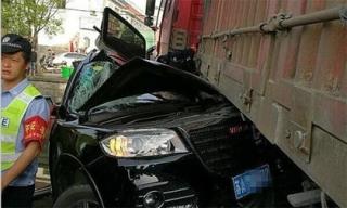 2 người phụ nữ thoát chết kỳ diệu sau khi bị container chở đầy sỏi đè bẹp