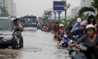 Mưa suốt đêm, nhiều phố Hà Nội ngập sâu, giao thông tê liệt