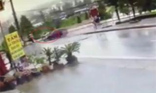 Clip: Hãi hùng cảnh xe máy bị ôtô hất tung lên trời