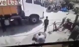 Lốp xe phát nổ hất văng thợ sửa xe lên không trung