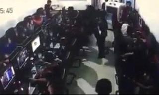 Clip thanh niên bị đâm gục trong quán Internet