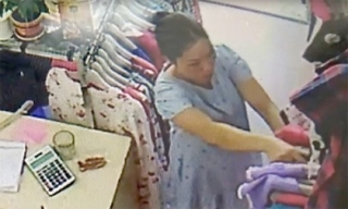 Clip bà bầu vào cửa hàng thời trang trộm smartphone