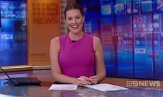 Phát thanh viên cười không thể dừng trong bản tin trực tiếp