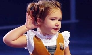 Kinh ngạc với cô bé 4 tuổi người Nga nói 7 thứ tiếng