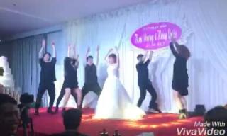 Cô dâu đáng yêu bá đạo trong tiệc cưới