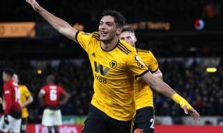 Gục ngã trước 'Bầy sói', Man United mở đường giành cúp cho Man City