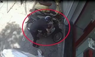 VIDEO: Táo tợn bẻ khóa cuỗm xe máy trên phố giữa ban ngày