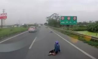 Clip: Bị tên cướp giật túi xách, cô gái ngã đau đớn trên cao tốc