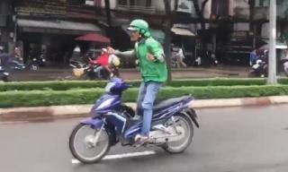 Clip: Tài xế Grabbike buông hai tay, nhún nhảy trên đường khiến các phương tiện tránh xa