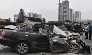 Tài xế thoát chết, chiếc Toyota Camry vỡ nát sau khi tông xe tải