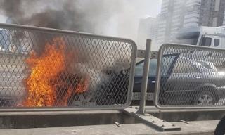 Clip: Ô tô bốc cháy dữ dội trên phố Hà Nội, cảnh tượng khiến tất cả xôn xao
