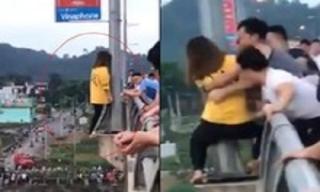 Nhóm thanh niên ngăn cô gái nhảy cầu