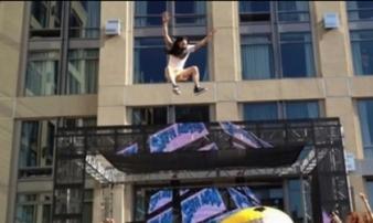 Bị DJ nổi tiếng thế giới nhảy thẳng lên đầu, fan nữ gãy cổ
