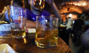 """Cậu bé 2 tuổi tử vong vì """"được"""" người lớn cho uống rượu cùng"""