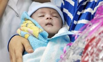 Bé sơ sinh bị đâm xuyên não được xuất viện, mẹ ứa nước mắt
