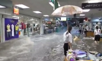 Nước lũ kinh hoàng cuốn phăng hàng hoá trong TT thương mại
