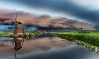 Ảnh đẹp ma mị về trận bão khổng lồ tại làng cối xay gió