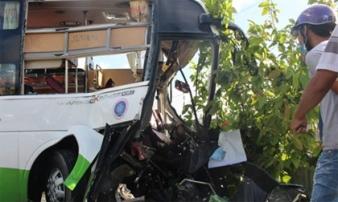 Xe container tông xe khách khiến 2 người chết, 14 người bị thương