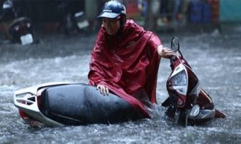Hà Nội lại ngập sâu trong biển nước sau cơn mưa lớn