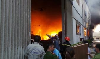 Video: Ngọn lửa bao trùm trong khu công nghiệp Ngọc Hồi