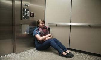 Làm gì khi bị kẹt trong thang máy?