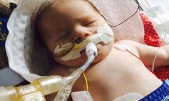 """Bé sơ sinh bất ngờ sống lại sau 22 phút ngừng thở khiến bác sĩ """"choáng váng"""""""