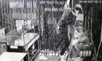 'Người nhện' đột vòm, đu dây vào cửa hàng trộm cắp ở TP.HCM sa lưới