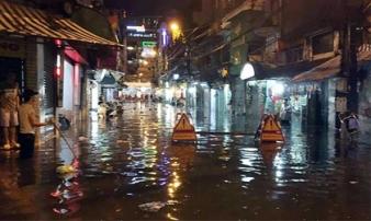Hà Nội: Mưa như thác đổ, nhiều tuyến phố biến thành sông