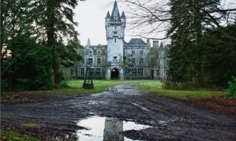 Rợn người, 'săn ma' trong lâu đài cổ bị bỏ hoang ở Bỉ
