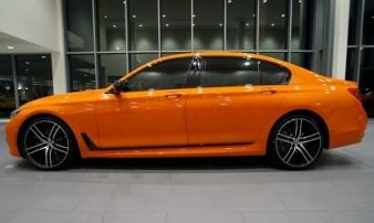 Ô tô BMW 750i màu cam độc đáo có giá 3 tỷ đồng