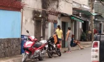 Vợ bị chồng lột đồ ngoài đường và tra khảo