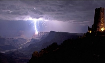 Khoảnh khắc ấn tượng khi bầu trời 'nổi giận'