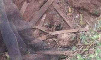 Indonesia: Phát hiện một bé trai sơ sinh bị chôn vùi dưới hố rác lớn
