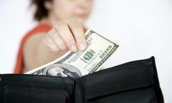 Là vợ, bạn có quyền lấy tiền từ ví chồng mà không xin phép?