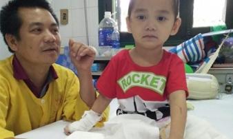 Nụ cười trở lại với cậu bé 4 tuổi mất 2 chân sau vụ sạt lở đất kinh hoàng ở Sơn La