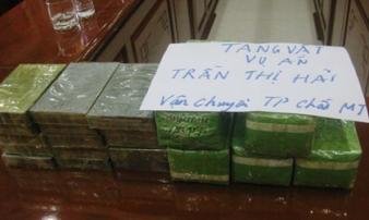 Chặn xe khách bắt người phụ nữ mang 15 bánh heroin, 5 kg ma túy đá