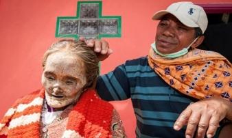 Choáng với bộ tộc lôi hết xác chết ra khỏi mộ, cho ăn mặc đẹp rồi diễu hành khắp làng